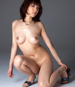 全裸でヒールを履いてるおねえさんのおっぱいが見たいね♪