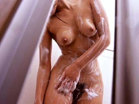 入浴中の泡まみれの裸体や濡れるおっぱい画像