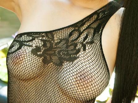 【美乳画像】美女のアミタイツで包まれた美乳!…エロ贅沢なカラダですね!