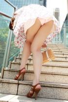 セクシー下着を美脚ミニスカでパンチラしてるOLエロ画像