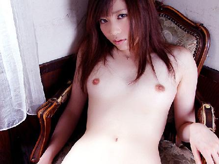 【美乳画像】真っ白な美肌美女の小さめ美乳!…汚し甲斐があっていいですね!