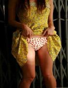スカートたくし上げてる脚に興奮しちゃう画像