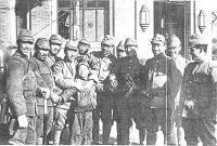 ・夲シ夲シ壼漉莠ャ縲?800px-orphan_and_japanese_soldiers_in_nanking_convert_20120601000543
