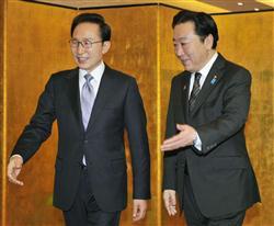::::会談に臨む野田首相(右)と韓国の李明博大統領