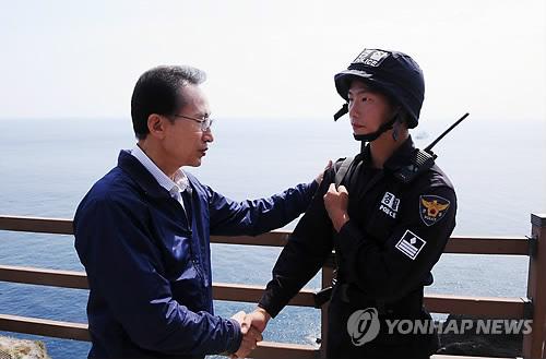 ::::独島を訪問し、警備隊を激励する李大統領