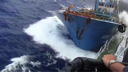 ::尖閣沖で海上保安庁の巡視船「みずき」に体当たりする中国漁船