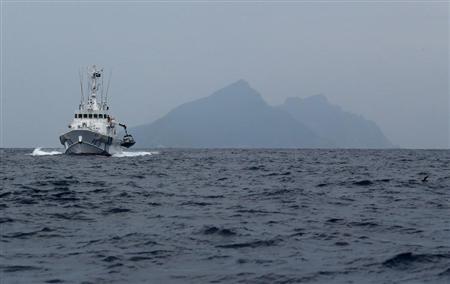 ::::::尖閣諸島・魚釣島付近を警戒する海上保安庁の船