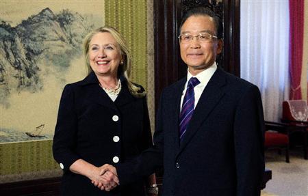 ◆中国の温家宝首相との会談で握手するクリントン米国務長官