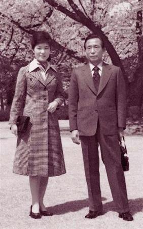 ◇◇◇父親の朴正煕元大統領(右)と写真に納まる朴槿恵氏