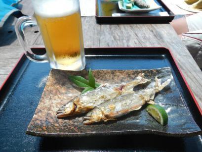 カヤック途中に生ビールと鮎の塩焼き