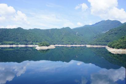 早明浦ダムに景色が映ってます