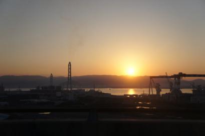 瀬戸大橋から・・・。瀬戸内の工場に昇る朝日。