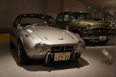 手前)トヨタスポーツ800 後)トヨペットクラウン1900デラックスZS31型