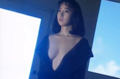 【秋乃桜子】ノーブラ衣装で胸元を露出