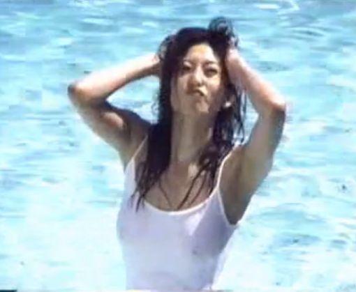 【中島史恵】屋外プールで完璧ボディを披露