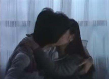 【真行寺君枝】肩を抱き寄せてキスをするラブシーン