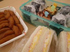 [写真]差し入れのお弁当(サンドイッチとおにぎり)とデザートのお手製シナモンアップル
