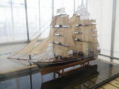 [写真]受付ハウスに停船した帆船・カティーサーク