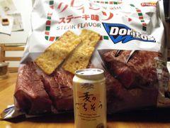 [写真]クレイジーソルト味のDoritos と 缶ビール
