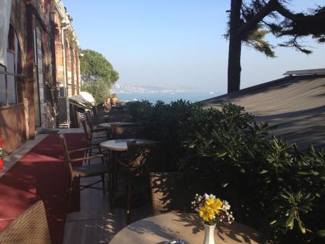 宮殿のカフェ外