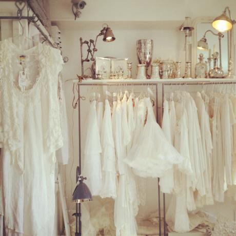 店、白とレースのドレス