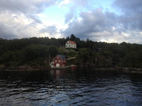 湾が狭くなる。小さい家