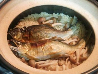 土鍋で天然鮎の炊き込みご飯