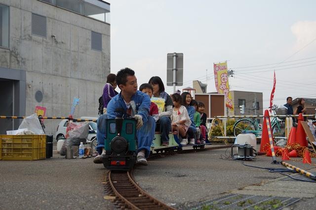 十日町産業フェスタ2012で飯山線SL復活を応援する市民の会として飯山線SL復活を祝うミニSLを走らせる