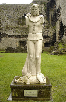 Sculpture of Richard III at Middleham Castle