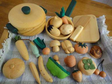 木の野菜たちと調理道具