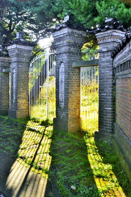 中華山荘の門