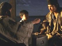 幼い重盛を賭けて 雅仁親王(後の後白河法皇 )と 双六で勝負する 若き清盛(NHK)