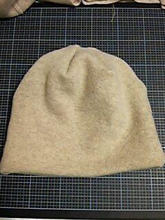 111116_縮んだセーターを帽子にリメイク_02
