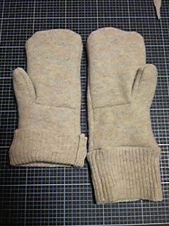 111118_セーターを手袋にリメイク_01