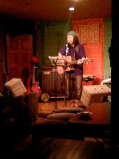 長津さんは、久し振りの曲と、初披露の沖縄民謡とを織り交ぜて