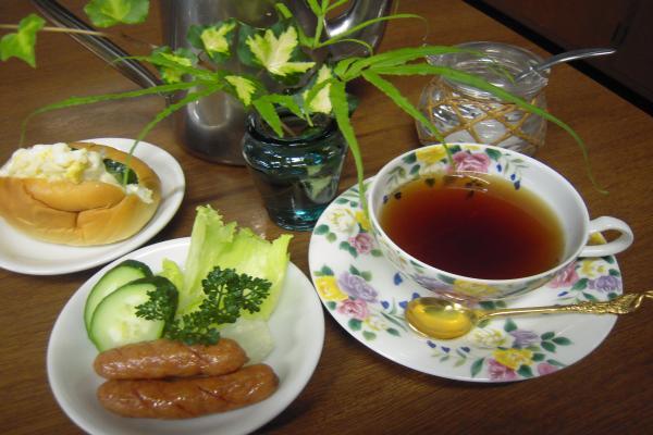 紅茶とロールパン