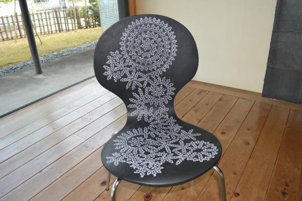 座れない椅子 アート