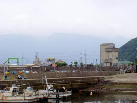 沼島漁港から、諭鶴羽山地を仰視する