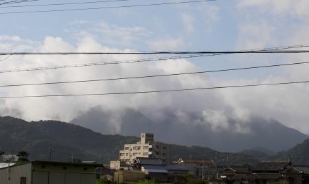 雲霞に隠れる諭鶴羽山(2012.9.1午前6時)