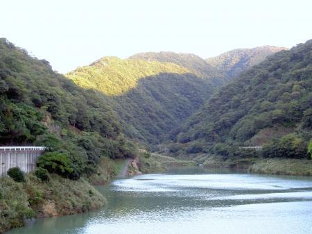 牛内ダムから諭鶴羽山北斜面を眺める