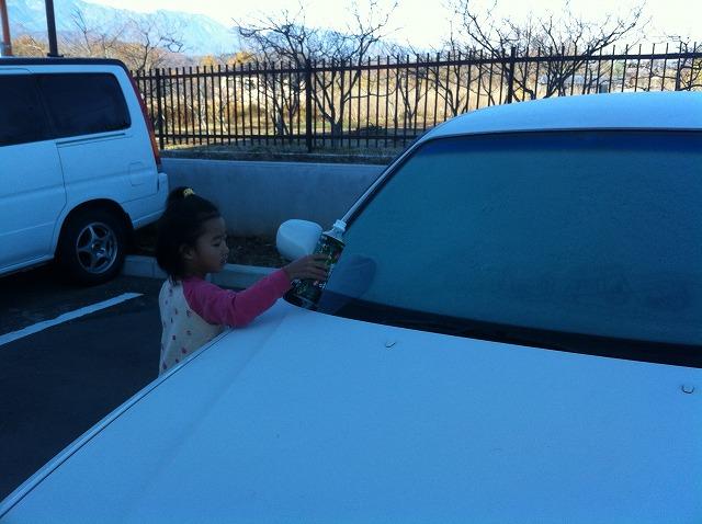 凍った窓ガラスに水を
