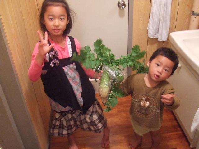 野菜を持つ子供たち
