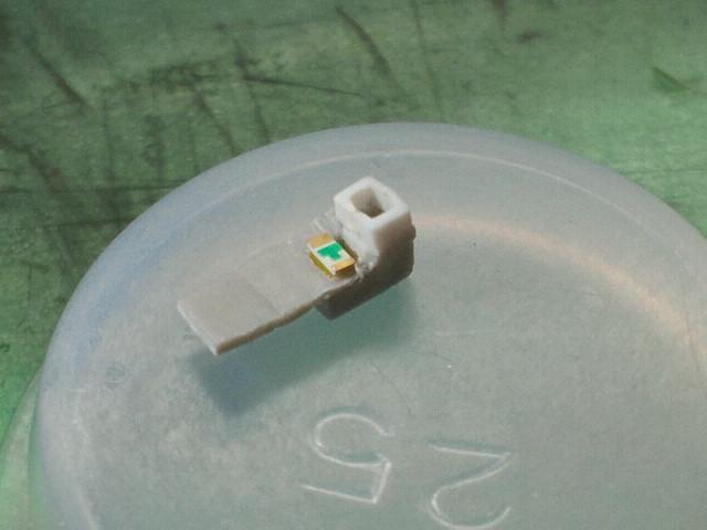 このLEDの寸法は1.6mm×0.8mmです