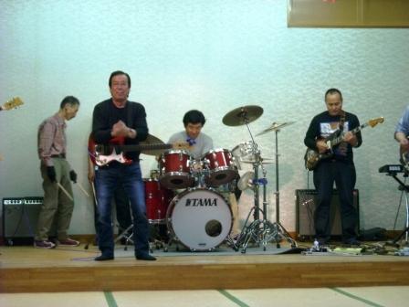 ギターだけではなく パフォーマンスも素晴らしい!!