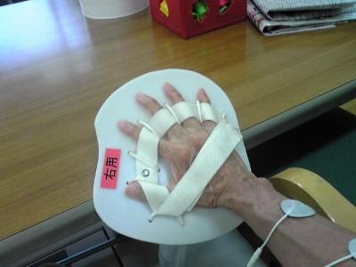 1030テーブルの端で手首を曲げる訓練 (400x300)