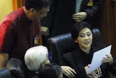 インラック首相画像 予算審議 2012