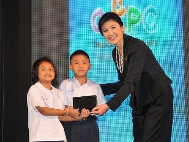 インラック首相と小学生 タブレット画像
