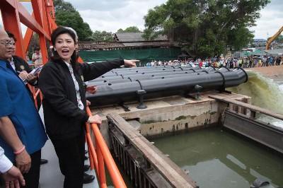 タイ インラック首相とアユタヤのチャルンクルン水門画像