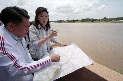 タイ 洪水予測のインラック首相 ダム画像