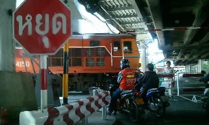 バンコク ファヤタイ駅の踏切り写真